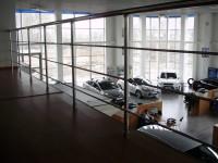 Автосалон Форд. Ограждения из полированной нержавеющей стали